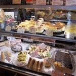 ブーランジェリ・エ・カフェ オブジェ - レジ横にはサンドイッチとスイーツ系