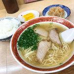 天広軒ラーメン - 料理写真:「ラーメン定食」(630円)を注文。ラーメンとご飯、小鉢、お漬物というセットです。