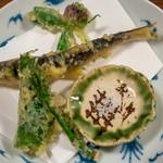 旅舎右馬允 - 2019.6 天ぷら(鮎、山ウド、ワラビと味噌のタタキ大葉巻き、アカツメクサ)