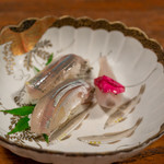 旅舎右馬允 - 2019.6 鮎のお寿司 新タマネギとハマナスのピクルス