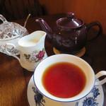 110702362 - 紅茶はポットで