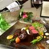 アットイーズ - 料理写真:Menu Cのメイン料理は香ばしく焼き上げた和牛のローストとホホ肉のトロトロの赤ワイン煮込みが同時に楽しめる、ここだけの一品!