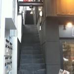 Isutamburuhanedan - 階段の上2階部分にあります。