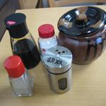 食庵とんとん - 卓上には醤油・食塩・とんかつソース・胡椒・胡麻を配備