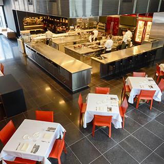 柱一つない広々した空間に、ライブ感満載のオープンキッチン