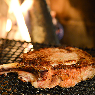 特製の薪窯で焼き上げる絶品肉料理