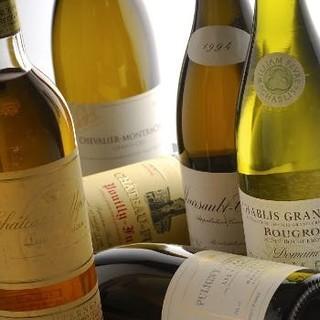 マリアージュを愉しめる、ソムリエ厳選のワインは約300種類