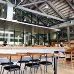 猿倉山ビールバー - 店内(奥がビール醸造所)