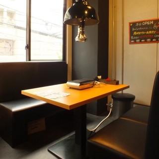 黒を基調とするお洒落な空間◆ゆったり寛げる「ソファー」も完備