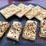 チーズ×チーズ Bistro HAYASHI - 炙りクリームチーズ¥410(税込)