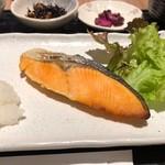 駅膳 - 鮭定食 580円。