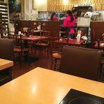台湾担仔麺 - 4人掛けテーブルが並ぶ店内。混雑時は相席に