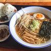会津らーめん 磐梯山 - 料理写真:「冷しラーメン」(700円)と「おにぎり2個【味付き】」(230円)。この組み合わせは最強でした。