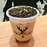 110779989 - スッキリと上品なミルクティーに程よい弾力でプニプニのタピオカ、表面にはザクザクほろ苦いココアチップとミントの葉で盆栽風に