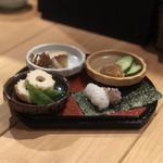 天麩羅と日本酒 天と鮮 さかえみせ - 前菜四種盛り合わせ(豆腐ちくわ、漬けチーズといぶりがっこ、あけがらし、鯵たたきの自分巻き寿司)