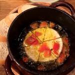 ワイン×チーズ料理専門店 チーズチーズカフェ - カマンベールアヒージョ
