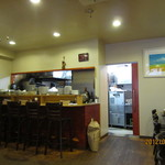 洋食 葉椰子 - 入口付近から厨房を眺める