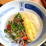 佐藤養助 - 比内地鶏のササミ天と十三種の彩香味野菜のゴマたぬきぶっかけうどん