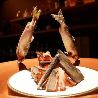 囲炉裏でじっくりと焼き上げた『鮎の塩焼き』
