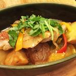 マヌエル マリシュケイラ - 赤魚とジャガイモの煮込み。サラダ、スープ、お茶で¥1000  魚と香ばしく焼いたポテト、パプリカ等の野菜を蒸し焼きにして出たスープが美味。