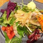 マヌエル マリシュケイラ - サラダ、紫キャベツマリネ、キャロットラペ、キドニービーンズ、炒り卵のせ。ほんのり醤油味のドレッシングがけ