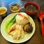 110835503 - ボリューミーで豪華な蒸し鶏海南ライス、奥のスープは鶏の奥深い旨味と醤油風味がマッチ