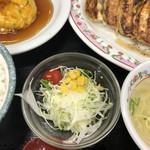 餃子の王将 - 大量な餃子の箸休め的なサラダ。