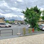 110841030 - 駐車場(道路から見て奥側から店舗入り口に続く通路入口にいけます)