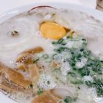 丸幸ラーメンセンター - 生卵、チャーシュー多目、メンマ付きの豪華な一杯♡