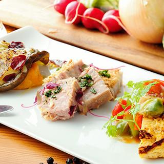 肉だけにあらず。こだわり抜いて選んだ有機野菜の料理もおすすめ