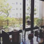 琉球かき氷 氷人 - 当店は5階にありますが、中庭があり お庭を眺めながら かき氷を食べれますよ!
