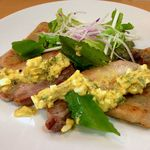 コムデジュルノー - 豚バラコンフィのサラダ グリビッシュソース カマンベール
