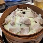 110901291 - 蒸し豚サムギョプサル(2人前)。蒸籠(せいろ)が2段になっていて、この下にも同じ量の肉とキャベツがあります。