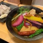 スープカレー KIFUKU - 骨付きチキンの16品目野菜スープカレー+プレーンウインナー