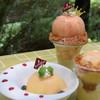 Sweet of Oregon - 料理写真:【季節限定】左:「まるごと桃」(テイク&カフェ商品)、中:桃のキングパフェ(カフェ商品)、右:ミニキング(テイク商品)