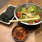 丸鶏もと家 - サラダ、キムチ、韓国のり