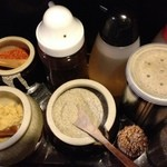 極肉煮干 あかこっこ - テーブルの調味料類。手前真ん中の煮干しの粉がスープに非常にマッチして、超美味!!!