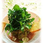 白金シェ・トモ ナチュラル キュイジーヌ - 軽く燻製をかけた青森県産平目とタイラ貝のマリネ オーガニック小麦粉で焼き上げたクリスピー野菜パン添え