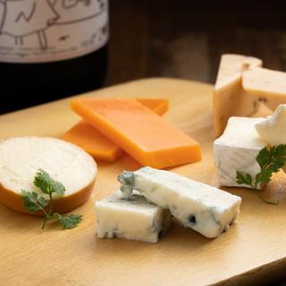様々なチーズ、そして料理にはチーズが盛ってます。