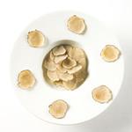 白金シェ・トモ ナチュラル キュイジーヌ - スペシャリティ夏トリュフの一皿 オーガニック玄米 白米 押し麦のクリームリゾット フレッシュ夏トリュフを敷き詰めて