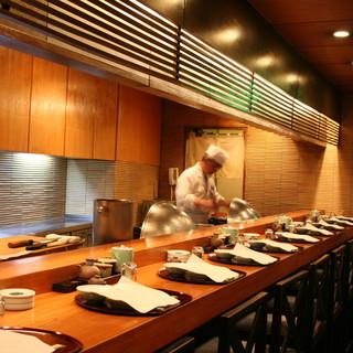 揚げたての天ぷらをカウンター席で