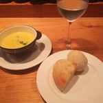 ワインとチーズの店 FERMENT - ランチ1000円 スープ、パン、炭酸水    丸いパンが美味しく、ドリンクもワインが選べ、メインも美味しいです。