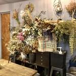 オン フラワーズ - 壁面の草花のあしらい
