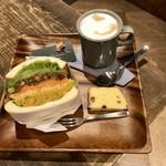 オン フラワーズ - ビタミンカラー 豆カレーサンド、和三盆大納言のバターケーキ&カフェラテ