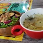 110953188 - セットのサラダとスープです。