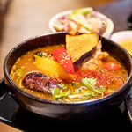 スープカレーと季節野菜ダイニング 彩 - 骨付きチキンの彩スープカレー