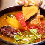 スープカレーと季節野菜ダイニング 彩 - 骨付きチキンの彩スープカレーアップ