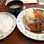 レストランカミヤ - 日替わりランチ 670円 ポークソテーリヨン風、イカのサラダ