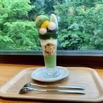 芹生茶屋 - 料理写真:よもぎわらび餅抹茶パフェ。 スプーン2本が嬉しいですね!