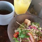 トランジット・カフェ - はじめに出されるサラダ、スープ、ジュース